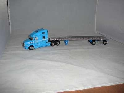 Freightliner mit mit einem -555 Manitowoc Gittermaststück- als Ladung -ATS-