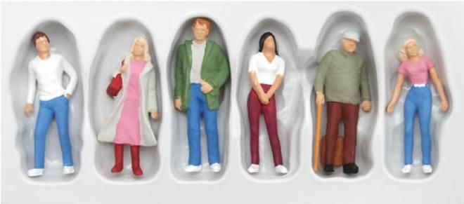 6 stehende Passanten in Jeans (Schaulustig)