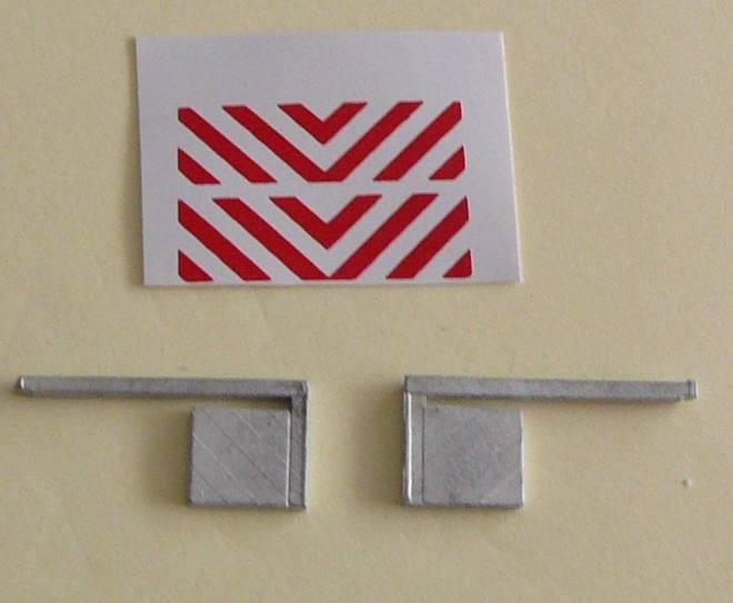 2 Stück    mit  rot/weißen Streifen