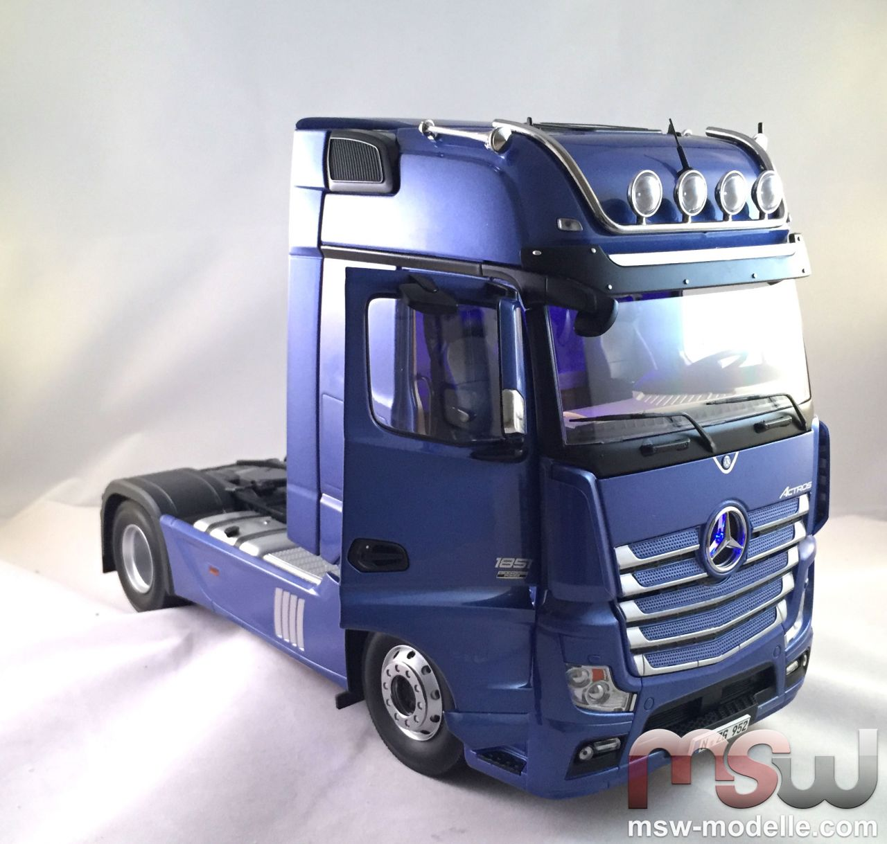 model nzg mercedes benz actros gigaspace 4x2 solo tractor. Black Bedroom Furniture Sets. Home Design Ideas