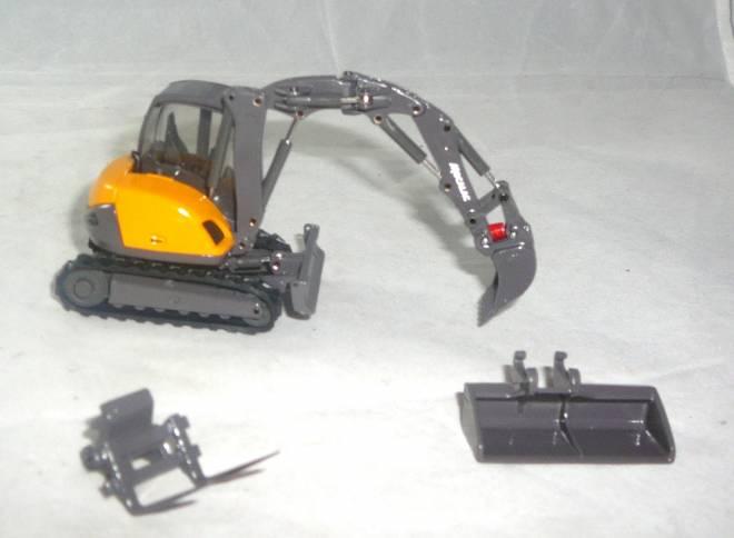 8MCR mit QuickConnect Tieflöffel, Schaufel und Gabelträger