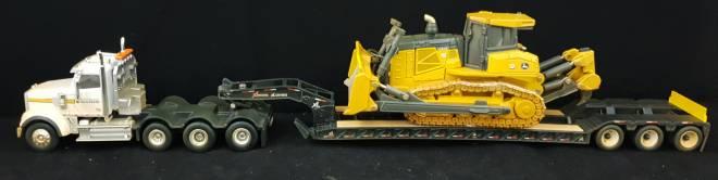 4achs Zugmachine mit 3achs Tieflader und John Deere  Raupe 1050 K