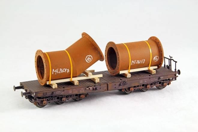 Flanschrohrstücke, 2-teilig  kurzes Flanschrohr und Knickflanschrohstück auf Holzlagerbalken, Länge: 45/55 mm