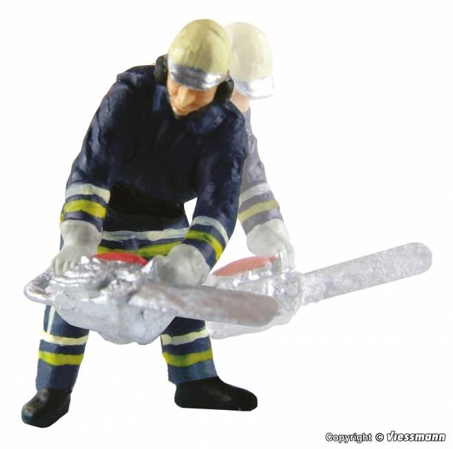 Feuerwehrmann mit Kettensäge, bewegt sich